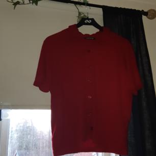 Jättefin röd kortärmad skjorta/blus! Knappar hela vägen och rutigt rött mönster på som ni ser på andra bilden. Köparen står som vanligt för frakt💫