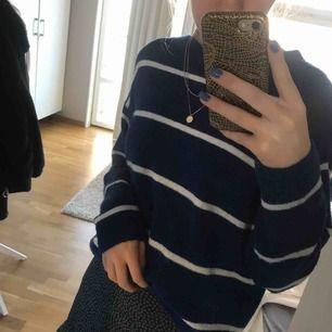 Blå, randig stickad från H&M. Använd ca 1-2 gånger, därmed väldigt bra skick! Super skön och fin till våren💕💕 möts helst upp men fraktar även