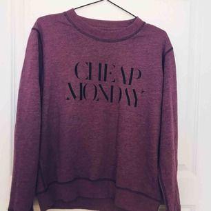 Jätteskön lila tröja från cheap monday. Kommer tyvärr inte till användning eftersom att den är lite stor. Knappt använd.