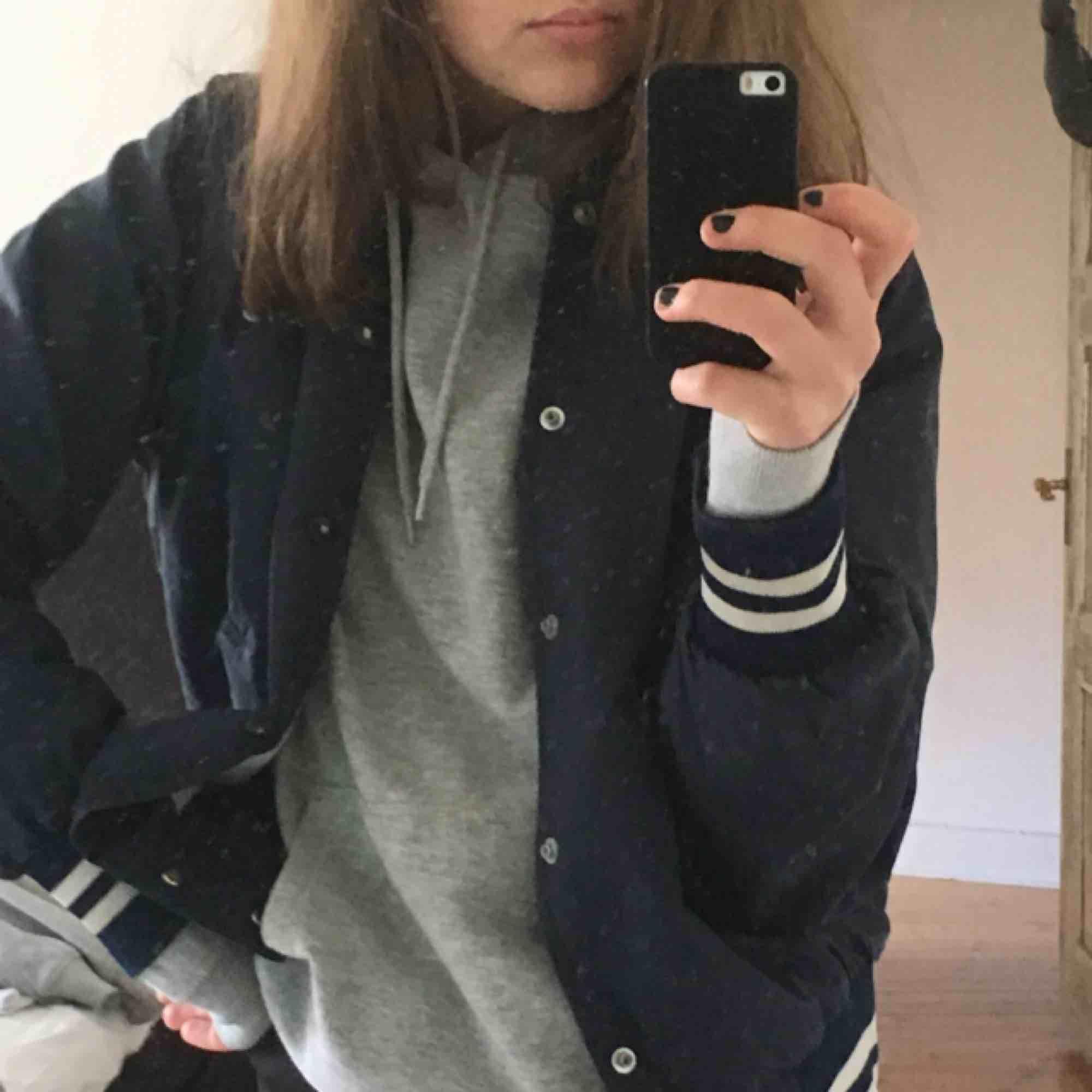 Blå vintage jacka med vit blåa muddar, köpt på beyond retro i Stockholm i höstas för 350kr. Kan mötas i Sthlm eller frakta! 🥰💥🤘🏼💛 storleken varierar beroende på hur du vill att den ska sitta! Är själv en S . Jackor.
