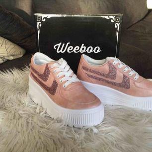 Helt nya oanvända Weeboo Miss Walk It Out Platform Sneakers Kitty Blush i färg Light Pink Blush - Storlek 6 1/2 (svensk storlek 37) 😻👟💕  7 cm hög sula 🦄✨💖💫 Köptes för 450 kr 🌸⭐️🎀