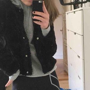 Fluffig jacka från Gina trico säljer då jag inte får andvändning av den! I topp skick, jätte härlig att ha i vår eller att ha under en större jacka när det är kallt ute! Köpt för 399kr i våras. Möts upp i Sthlm eller fraktar🤩💥💛💫