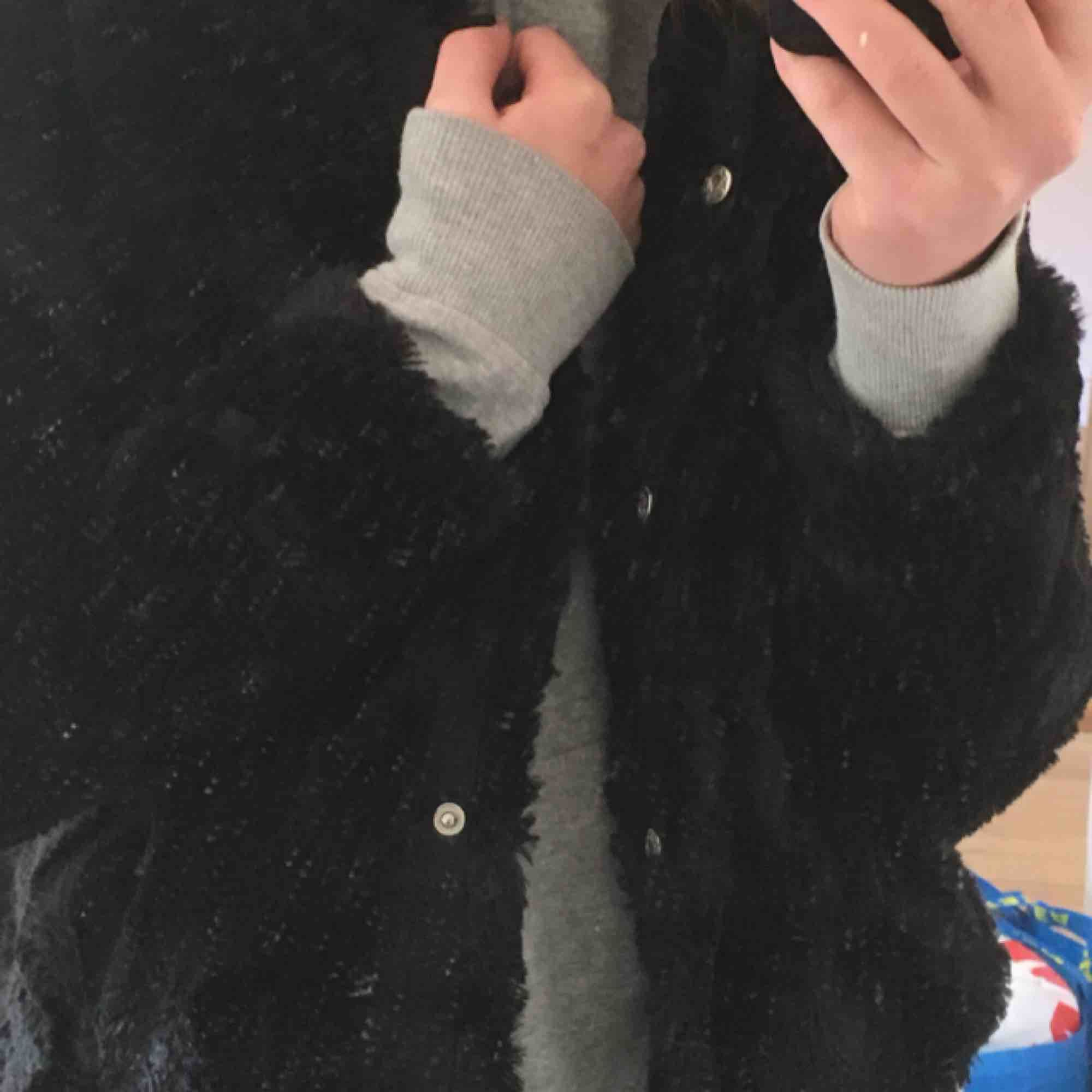 Fluffig jacka från Gina trico säljer då jag inte får andvändning av den! I topp skick, jätte härlig att ha i vår eller att ha under en större jacka när det är kallt ute! Köpt för 399kr i våras. Möts upp i Sthlm eller fraktar🤩💥💛💫. Jackor.