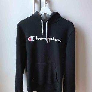 Svart Champion hoodie köpt här på plick. Super bekväm och snygg!! Säljs pga ej använder💕💕