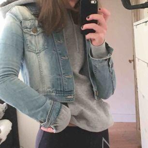 """Skit cool lite """"sliten"""" jeansjacka som är croppad. Perfekt att ha över en hoodie nu i vår eller över en klänning till sommaren! Köpte den på H&M för flera år sedan men har varit en favvo länge. Kan mötas i Sthlm eller frakta!🥰🌙💫❤️"""
