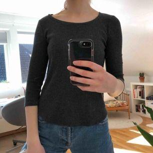 En 3/4 ärmad tröja från Gina Tricot! Härligt material och toppenskick. Storlek XS. Kostar 65kr (fri frakt!)🥰