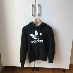 Svart adidas hoodie använd ett flertal gånger. Super bekväm! Lite osäker på storleken men skulle tippa på storlek S/M. Säljer pga ingen användning💖  Pris går att diskutera