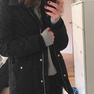 Säljer nu min svarta favvo jacka från Bondelid. Har ingen användning av den och då kan lika gärna nån annan få glädjas av den! Köpt för ca 2499kr förra vintern och använd varsamt sedan dess! Kan mötas i Sthlm eller frakta! ❤️🥰🍒🤩