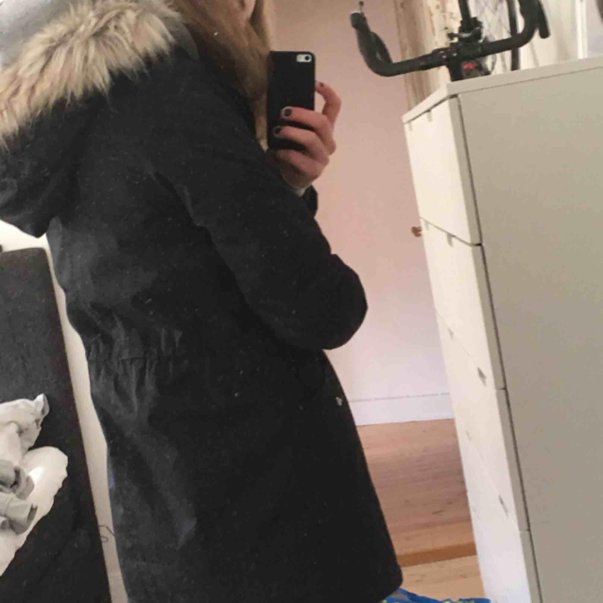 Säljer nu min svarta favvo jacka från Bondelid. Har ingen användning av den och då kan lika gärna nån annan få glädjas av den! Köpt för ca 2499kr förra vintern och använd varsamt sedan dess! Kan mötas i Sthlm eller frakta! ❤️🥰🍒🤩. Jackor.