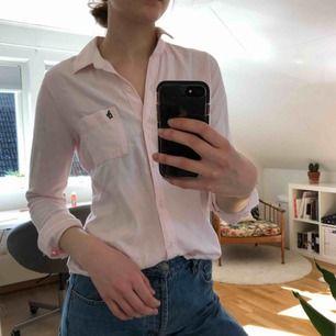 En ljusrosa skjorta från Abercrombie&Fitch! Bra skick och skönt mjukt material. Kostar 140kr (fri frakt!!)💓