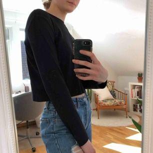 Svart långärmad tröja! Skönt material och bra skick! Kostar 50kr (fri frakt!!)🥰