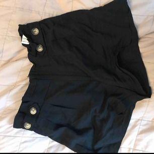Sköna linnetygs shorts ifrån Zara , som har snygga detaljer och dragkedja