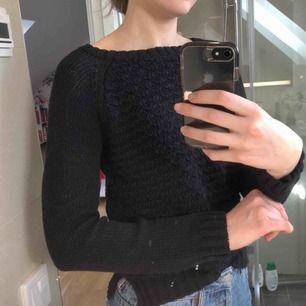 En svart stickad tröja! Barnstorlek 146/152 men skulle säga att det är typ en XS! Kostar 70kr (fri frakt!!)💖