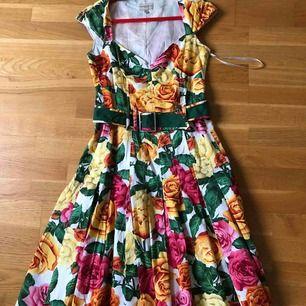 Figursydd kvinnlig passform med plisserad kjol m bälte