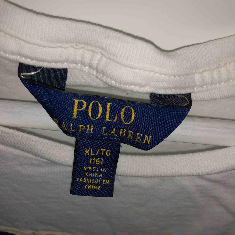 En Ralph lauren tröja väl använd men i bra skick me inga defekter köpt för 600kr. Skjortor.