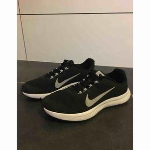 newest 7f828 462e2 Knappt använda Runallday Nike skor i storlek EU 44.5. Bra för löpning och  vandring.