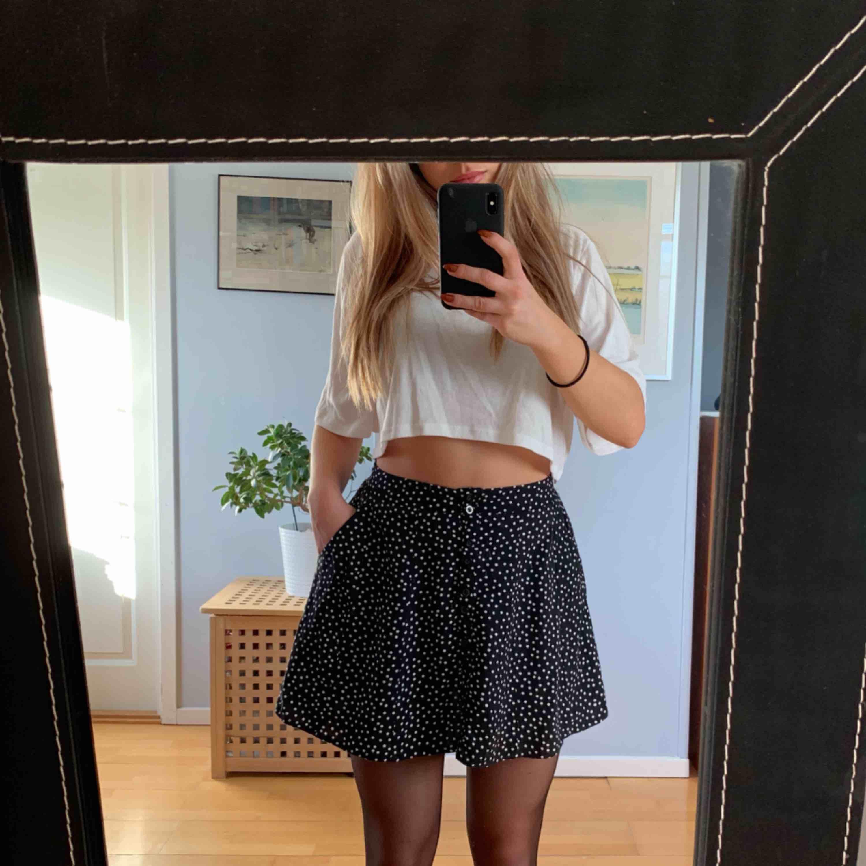 Superfin 50-tals inspirerad kjol från Urban Outfitters som tyvärr inte passar mig lika bra längre! Knappar framtill och gömda fickor i sidan Sparsamt använd Kan fraktas för 35 kr extra annars möte i malmö. Kjolar.
