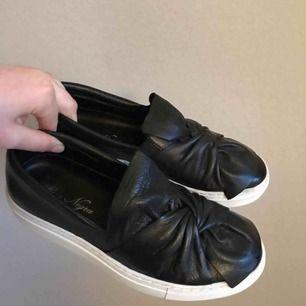 Som nya!! Endast använda en gång pga fel storlek. Skokartong finns om man vill ha den. Köpte skorna för 899kr. Äkta skinn