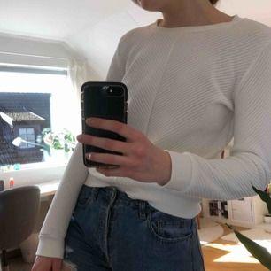 En skön långärmad sweatshirt! Barnstorlek 158/164 men passar som en XS! Kostar 70kr (fri frakt!)💓