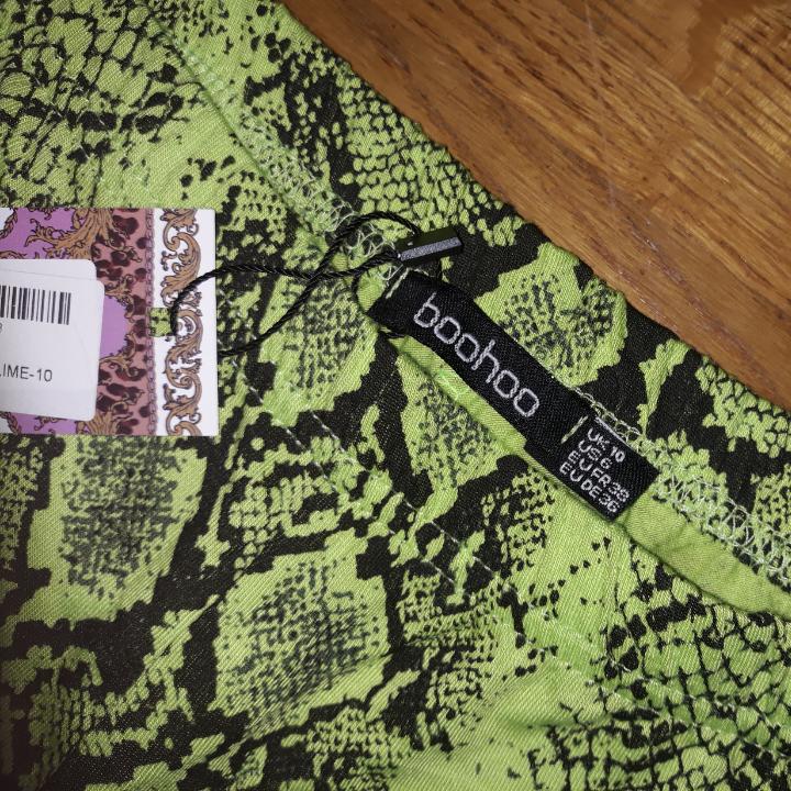 Boohoon uudet käärmevärit. Ei koskaan käytetty. Minulle ne olivat liian suuria: / rakastan heitä muuten!. Jeans & Byxor.