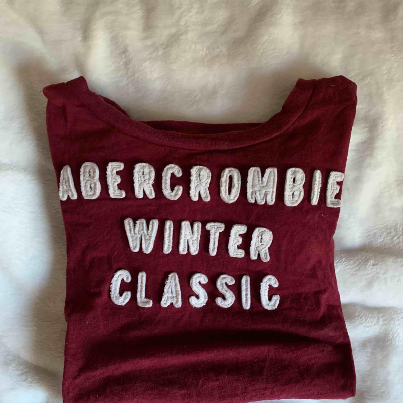 Tight t-shirt från abercrombie & fitch Den är i en fin vinröd färg, jättebra skick Möts i malmö annars fraktas för 35 kr extra. T-shirts.