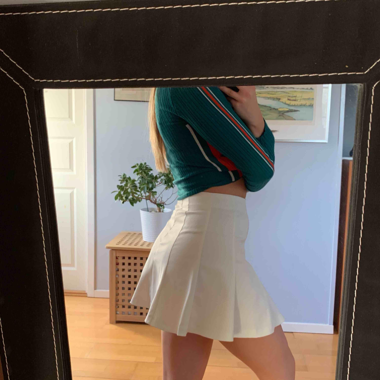 Vit tenniskjol med hög midja, sitter rätt kort på mig som är 168 cm dvs kan ej använda den, dragkedja baktill Helt oanvänd  Möts i malmö annars fraktas för 54 kr extra. Kjolar.