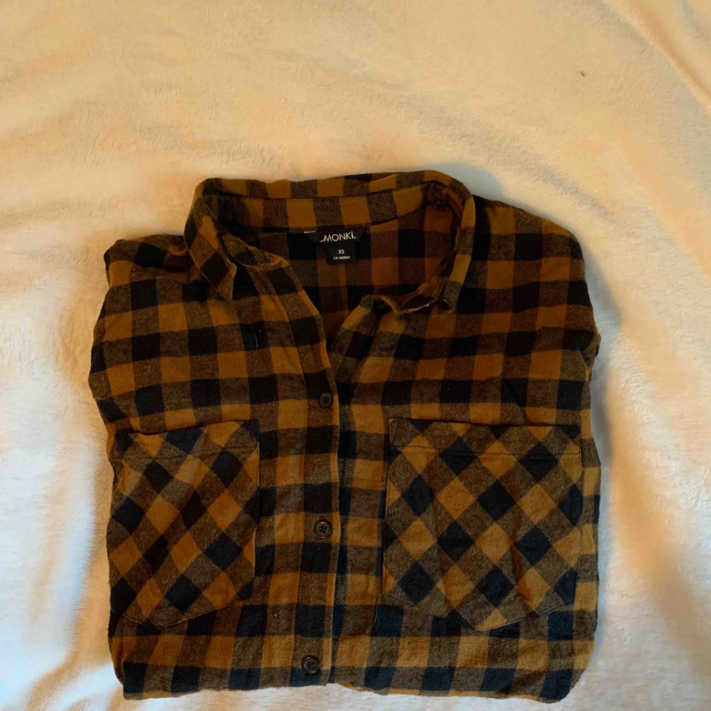 Oversize flanellskjorta i storlek XS men mer som en M (pga oversize)  Möts i malmö elr fraktas för 54 kr. Skjortor.