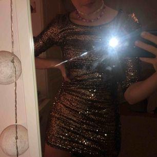 SÅ FIN gullig paljett klänning som tyvärr aldrig är använd.