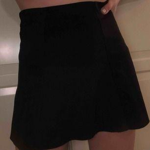 Svart kjol i ett annorlunda materialens dragkedja på sidan. Från Lindex kids men passar andra.