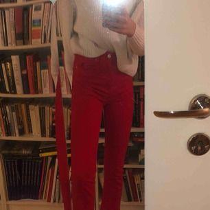 Ett par tajta, röda, och utsvängda byxor som slutar typ vid ankeln på mig som är 170 cm lång, jätte snygga och trendiga!!
