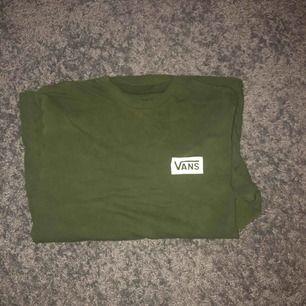 Grön long sleeve Vans tröja löpt i London för 400kr.