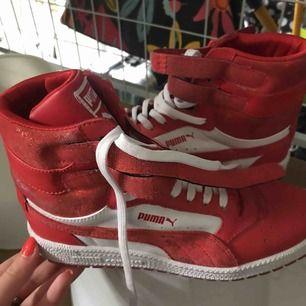 Röda Puma sneakers. Använda endast 1 gång. Riktigt coola!