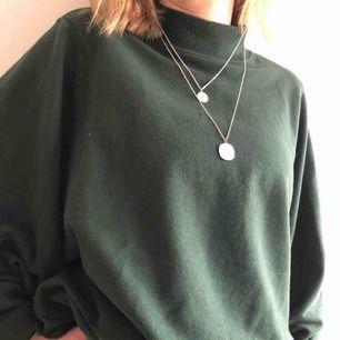 Säljer min snygga gröna sweatshirt från monki i bra skick! Den är oversized och har en lite tightare krage. Kan mötas upp, annars står köparen för frakten((;