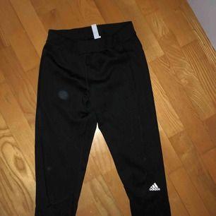 svarta adidas träningstights