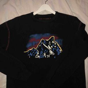 En jätteskön sweatshirt med coola detaljer.  Storlek M så den är lite oversized men inte allt för stor.  Använd en gång sen har mest blivit hängande i garderoben.