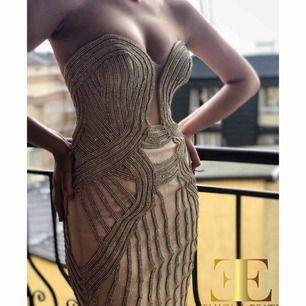Elegant balklänning Strl: 36, möjlighet att sy in efter dina mått!  ELIJONAESATI - Europeisk designer i hög tillväxt med hög efterfrågan i och utanför Europa. Designern lägger stor fokus på kvalitativt materialval och detaljer!