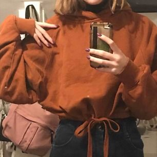 Kort orange/brun hoodie från weekday❤️ går att knyta vid midjan och är ganska flowwwy💘👼🏼 just nu ligger priset på 125 med frakt inräknat men det är den som budar högst som får den!🌸