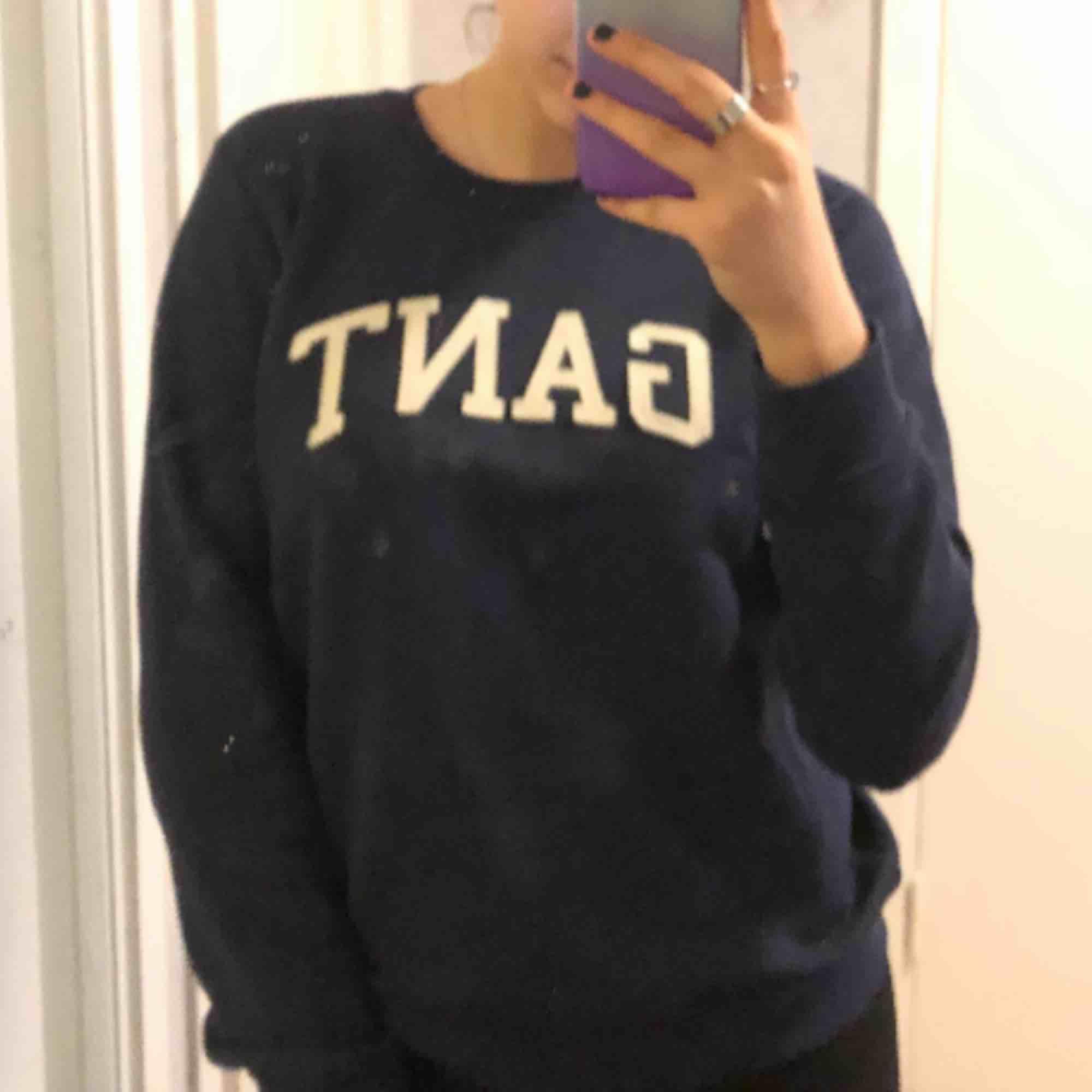 Säljer denna Gant sweatshirt då den inte kommit till användning, superbra skick! Hojta till om du är intresserad💓💓. Huvtröjor & Träningströjor.