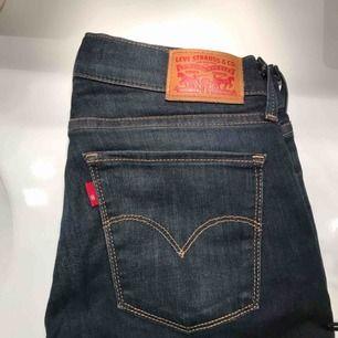 Jeans från Levis, knappt använda och i fint skick! Strl 27. Priset är inklusive frakt & betalning sker via swish☺️