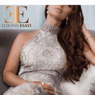 Elegant klänning, möjlighet att sy in efter dina mått! Strl: 34, 36, 38 ELIJONAESATI - Europeisk designer i hög tillväxt med hög efterfrågan i och utanför Europa. Designern lägger stor fokus på kvalitativt materialval och detaljer!