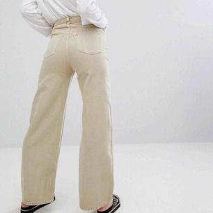 Weekday Ace jeans i beige färg, använda fåtal gånger