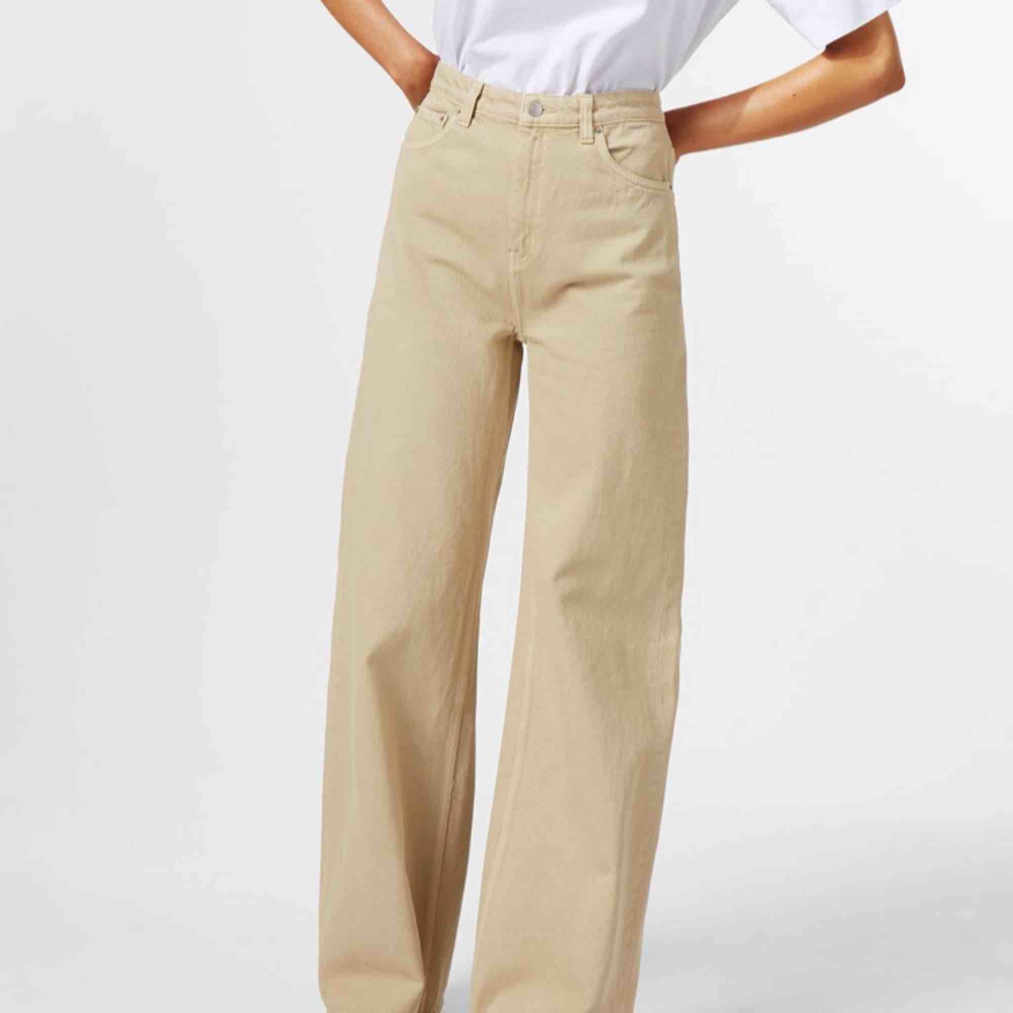 Weekday Ace jeans i beige färg, använda fåtal gånger . Jeans & Byxor.