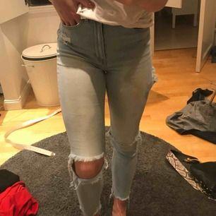 Super sköna och snygga högmidjade jeans från Gina! Supersnygga slitningar och i bra skick!