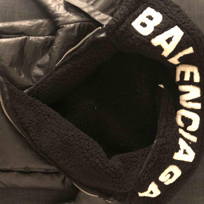 Fake Balenciaga jacka som är skit snygg och håller ganska varmt. Priset kan diskuteras. Jackor.