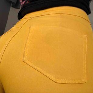 Säljer dessa gula supercoola jeans pga att de kommit för lite till användning. Köpta för ca 4 månader sedan och endast använda ca 3ggr:)