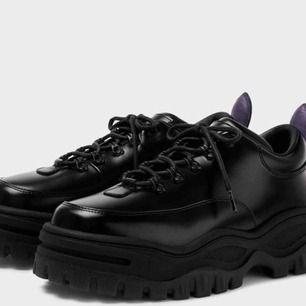 Söker Eytys skor i storlek 39-42, helst svart. Kan tänka mig att köpa för billigt pris eller byta mot något:)