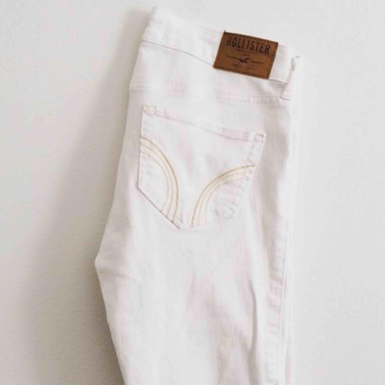 Säljer nu mina vita Hollister jeans som från början kostat 399 Köparen står för frakten  . Jeans & Byxor.