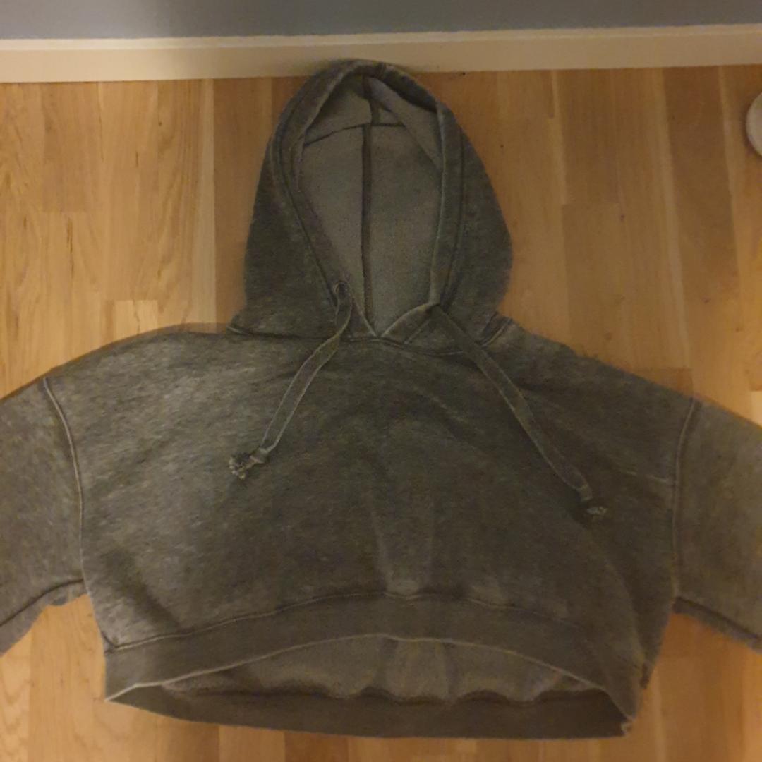 Croppad hoodie, storlek L och vida armar. Den slutar precis vid naveln ungefär. Väldigt bra skick, använd ca 2 gånger. Kan mötas upp i Stockholm/Uppsala eller frakta. Köpt för 249 på Bikbok. Köparen står för frakten.. Huvtröjor & Träningströjor.