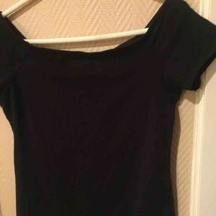 Detta är en jättefin tröja som går ner lite mer på axlarna. Den är i storlek L men den passar som S på mig. Pris och frakt kan diskuteras, skriv för mer info 😊