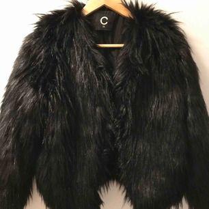 Fluffig svart jacka från Cubus måttligt använd
